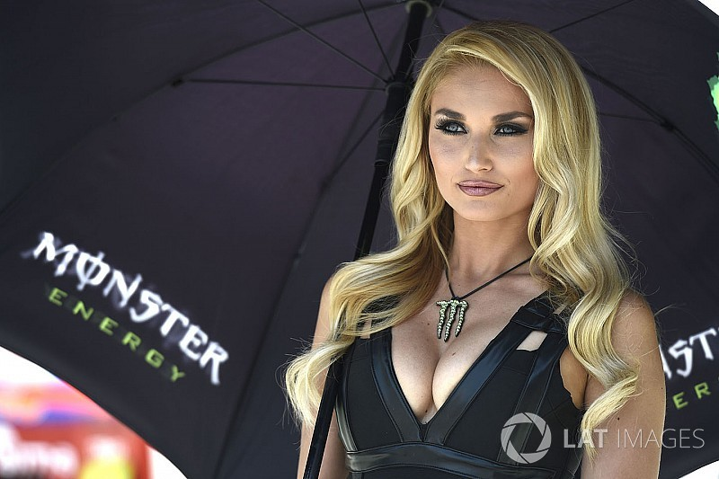 Grid girls colorem bastidores da MotoGP na Itália