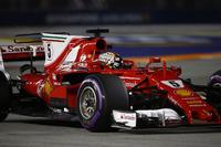 Il poleman Sebastian Vettel, Ferrari SF70H, festeggia al ritorno nel parco chiuso