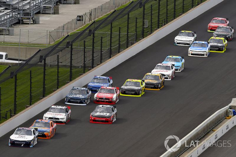 William Byron, JR Motorsports Chevrolet, Erik Jones, Joe Gibbs Racing Toyota