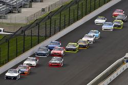 William Byron, JR Motorsports Chevrolet y Erik Jones, Joe Gibbs Racing Toyota