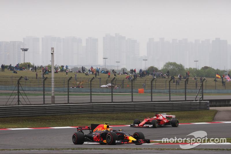 Max Verstappen, Red Bull Racing RB13, vor Sebastian Vettel, Ferrari SF70H