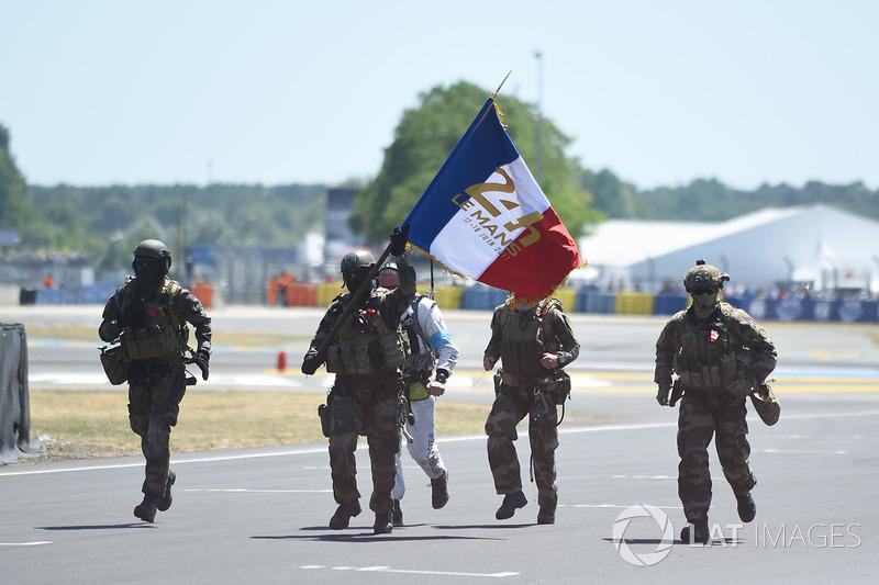 Soldaten mit Flagge von Frankreich
