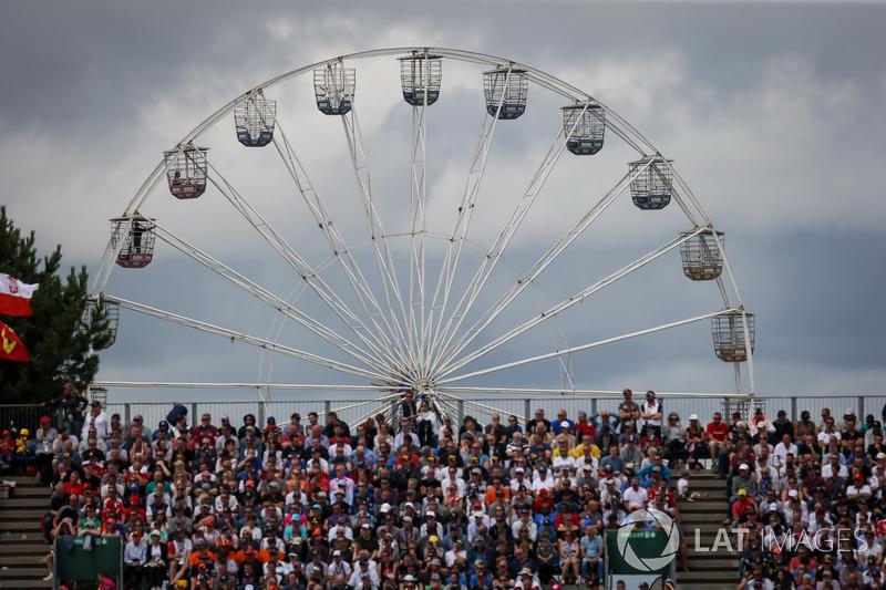 Riesenrad und Fans