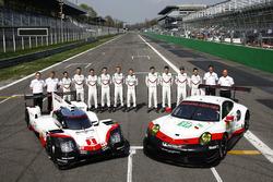أعضاء فريق بورشه مع السيارة الجديدة بورشه 919 الهجينة