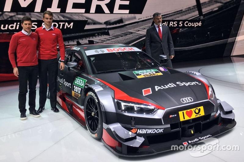Loic Duval, Nico Müller und Dieter Gass, Audi-Motorsportchef, mit dem Audi RS 5 DTM 2017