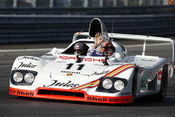 Chase Carey, directeur exécutif du Formula One Group, dans une Porsche 936 de 1981 pilotée par Neel Jani