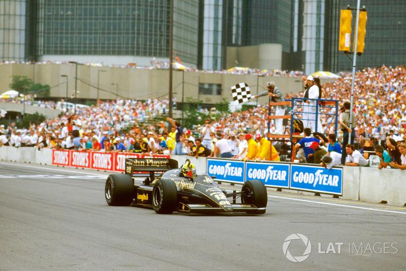 Em 1986, um dia depois da eliminação do Brasil na Copa, Ayrton Senna levou pela primeira vez a bandeira do Brasil após uma vitória. O gesto foi imortalizado nos anos seguintes.