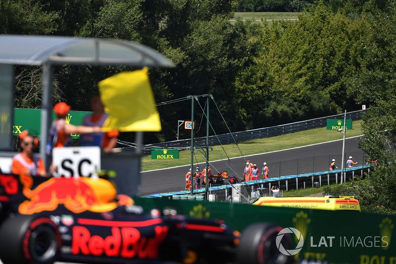 Макс Ферстаппен, Red Bull Racing RB13 проїжджає повз жовтий прапор та Даніеля Ріккардо, Red Bull Racing RB13, що зійшов