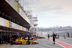 Autos de FIA Fórmula 2 salen a la pista