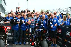 Le troisième, Michael van der Mark, Pata Yamaha, et le deuxième, Alex Lowes, Pata Yamaha avec leur équipe
