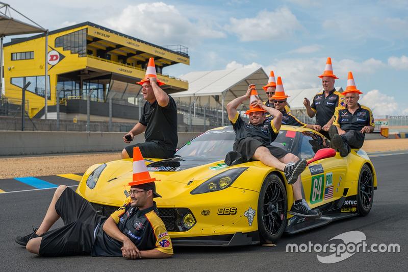10. Miembros de Corvette Racing se divierten con conos