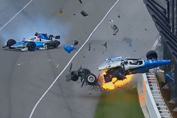 Crash: Scott Dixon, Chip Ganassi Racing, Honda; Jay Howard, Schmidt Peterson Motorsports, Honda (Screenshot)
