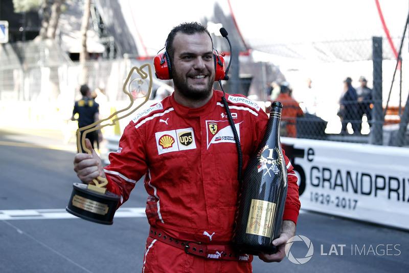 Механик Ferrari с кубком за победу в Гран При Монако