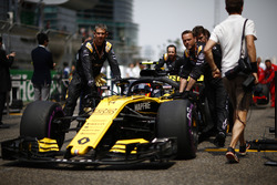 Carlos Sainz Jr., Renault Sport F1 Team R.S. 18, arrives on the grid