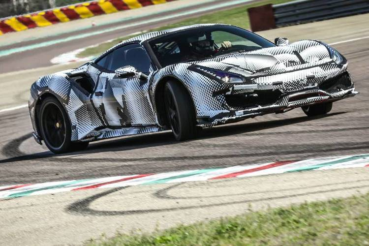 Autó Ferrari 488 Pista - kontrollált csúsztatás és őrült tempó a fioraniói tesztpályán
