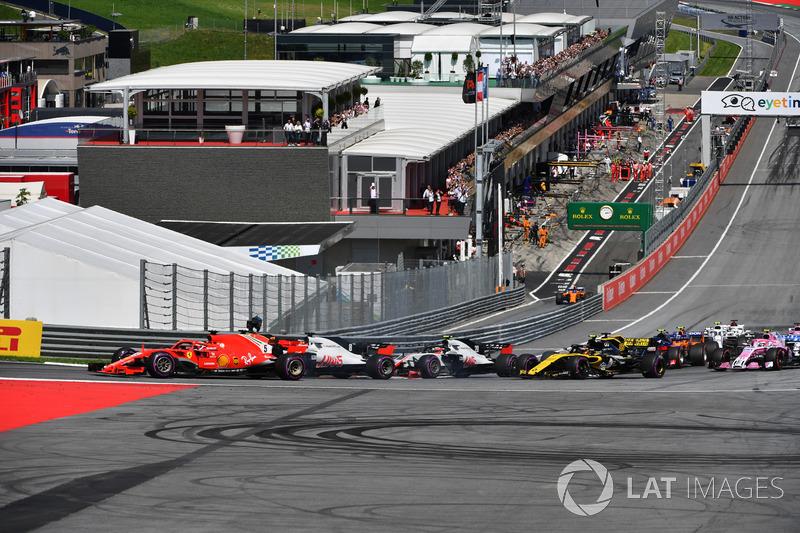 Sebastian Vettel, Ferrari SF71H e Romain Grosjean, Haas F1 Team VF-18 alla partenza della gara