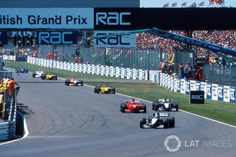 Coulthard kijkt bij Irvine, die de binnenkant verdedigt:
