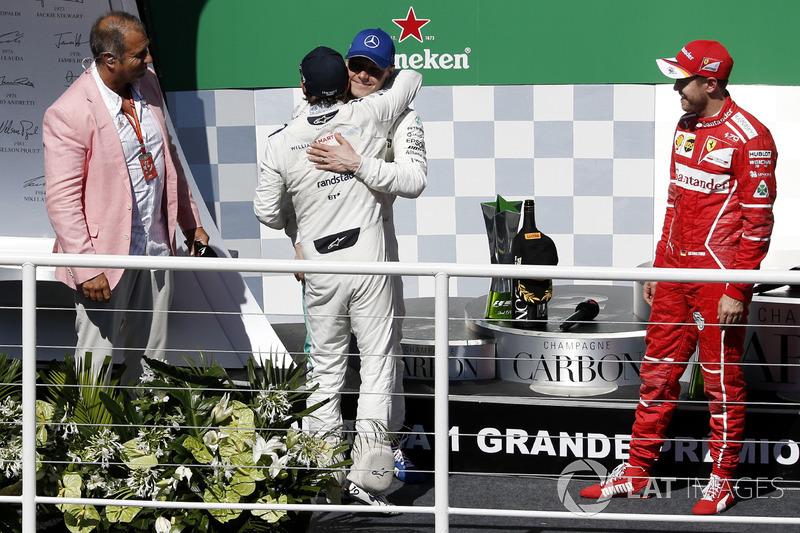Podio: ganador Sebastian Vettel, Ferrari, segundo lugar Valtteri Bottas, Mercedes AMG F1, Rubens Barrichello, celebra en el podio con Felipe Massa, Williams