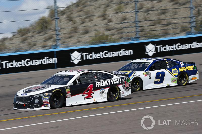 Kevin Harvick, Stewart-Haas Racing, Ford Fusion Jimmy John's and Chase Elliott, Hendrick Motorsports, Chevrolet Camaro NAPA Auto Parts