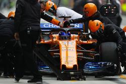 Fernando Alonso, McLaren MCL33 Renault, dans la voie des stands