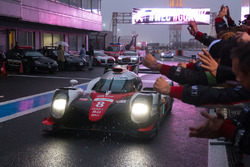 I vincitori della gara #8 Toyota Gazoo Racing Toyota TS050 Hybrid: Anthony Davidson, Sébastien Buemi, Kazuki Nakajima