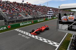 Kimi Raikkonen, Ferrari SF71H llega a la bandera a cuadros ondeada por Winnnie Harlow