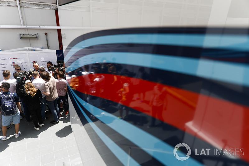 Robert Kubica, Williams Martini Racing, espera a una conferencia de prensa