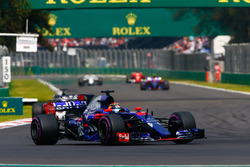 Brendon Hartley, Scuderia Toro Rosso STR12, Romain Grosjean, Haas F1 Team VF-17