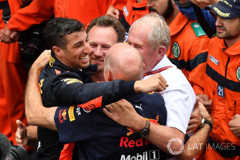 El ganador de la carrera Daniel Ricciardo, Red Bull Racing celebra con Christian Horner, el director del equipo Red Bull Racing, Adrian Newey, Red Bull Racing y el Dr. Helmut Marko, consultor de Red Bull Motorsport en parc ferme