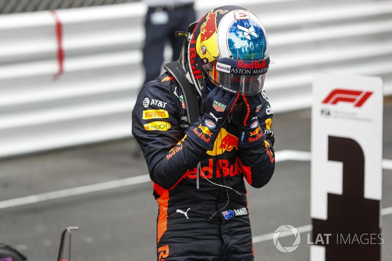 El ganador de la carrera Daniel Ricciardo, Red Bull Racing, celebra en Parc Ferme