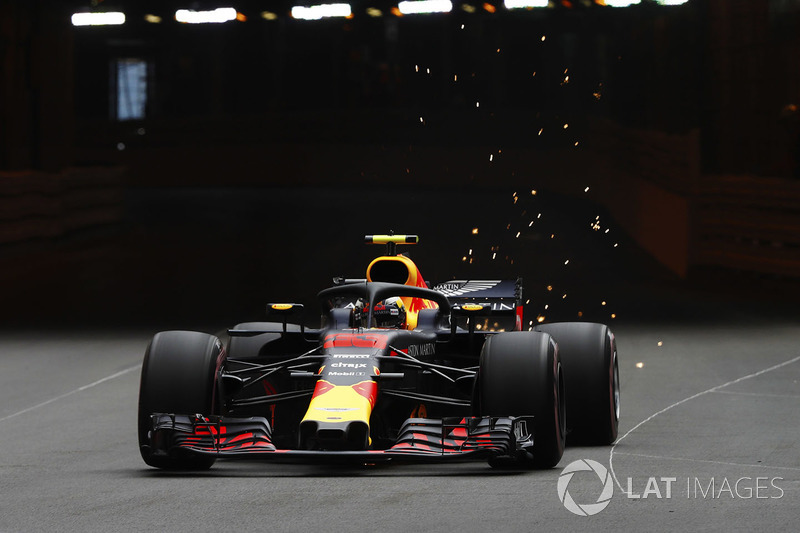 Max Verstappen, Red Bull Racing RB14, solleva scintille uscendo dal tunnel