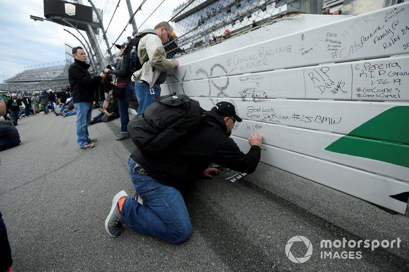 Fans firman la barda