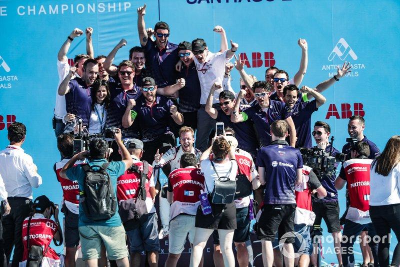Sam Bird, Envision Virgin Racing, festeggia la vittoria con il team, sul podio