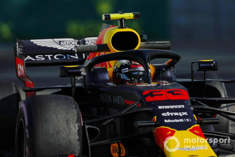 Verstappen deja un rastro de humo al salir de boxes en los libres
