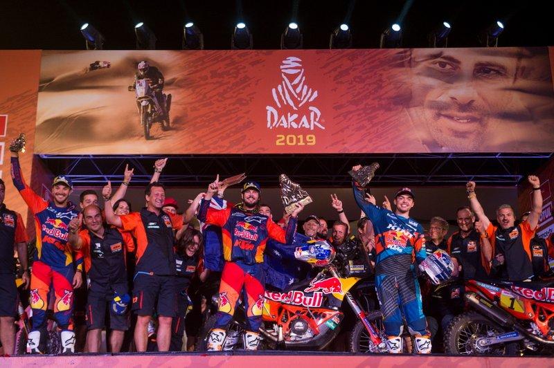 Подіум: #3 Red Bull KTM Factory Racing KTM: Тобі Прайс з командою