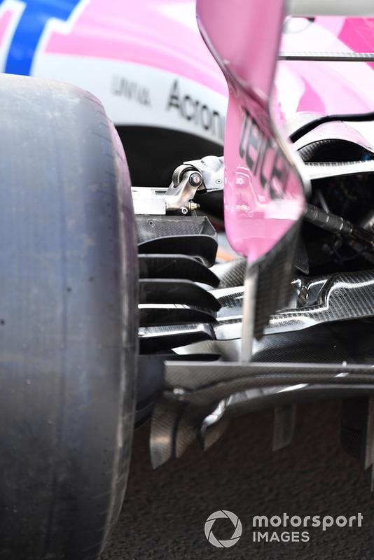 Вид на зовнішню частину дифузору й пливці заднього гальмівного каналу Force India VJM11.