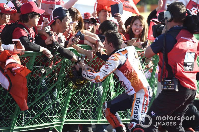 Переможець гонки та чемпіон світу MotoGP 2018 року Марк Маркес, Repsol Honda Team, з уболівальниками