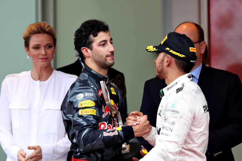 Daniel Ricciardo, Red Bull Racing y Lewis Hamilton, Mercedes AMG F1 se dan la mano en el podio