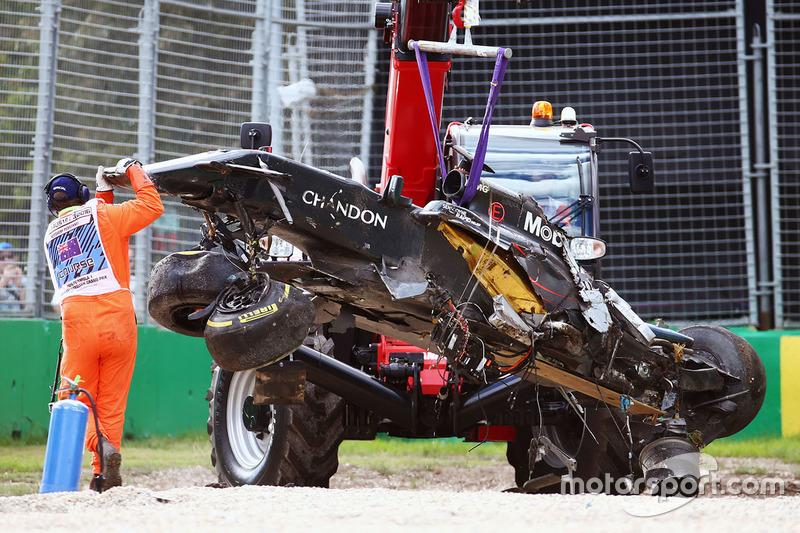 Der zerstörte McLaren wird abtransportiert