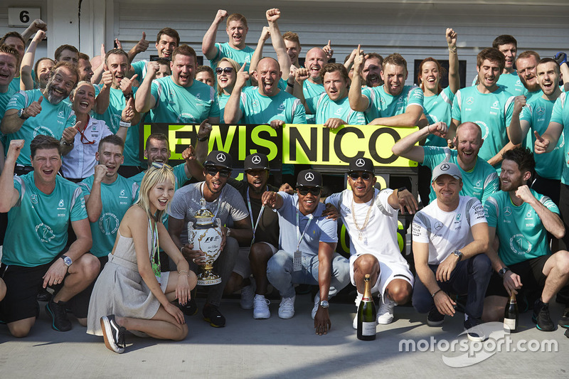 Ganador, Lewis Hamilton, Mercedes AMG F1 Team, segundo, Nico Rosberg, Mercedes AMG F1 Team celebra con el equipo