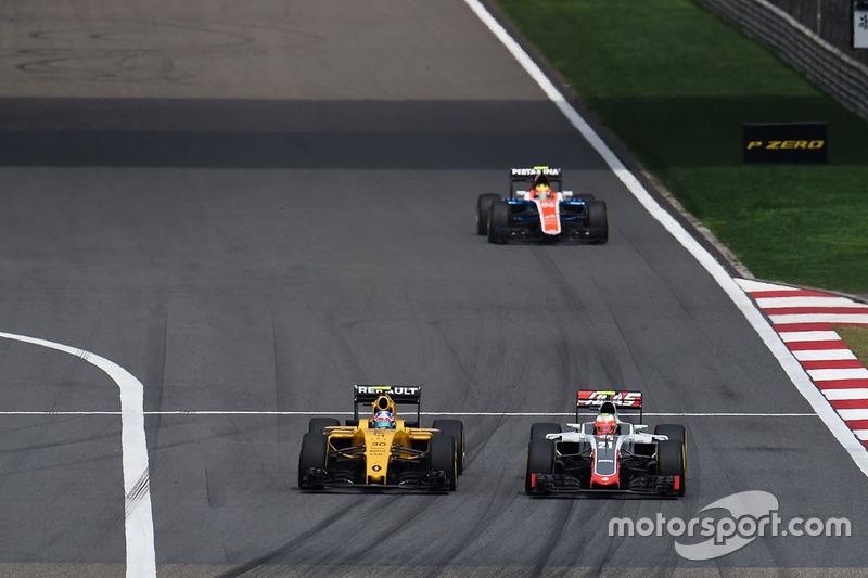 Jolyon Palmer, Renault Sport F1 Team RS16 und Esteban Gutierrez, Haas F1 Team VF-16