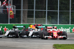 Sebastian Vettel, Ferrari SF16-H lidera a Lewis Hamilton, Mercedes AMG F1 W07 Hybrid y Nico Rosberg,