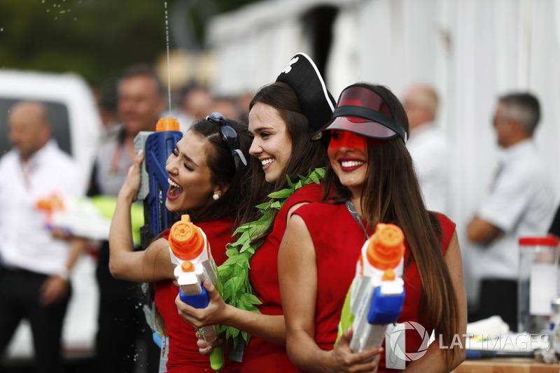 Дівчата із водяними пістолетами
