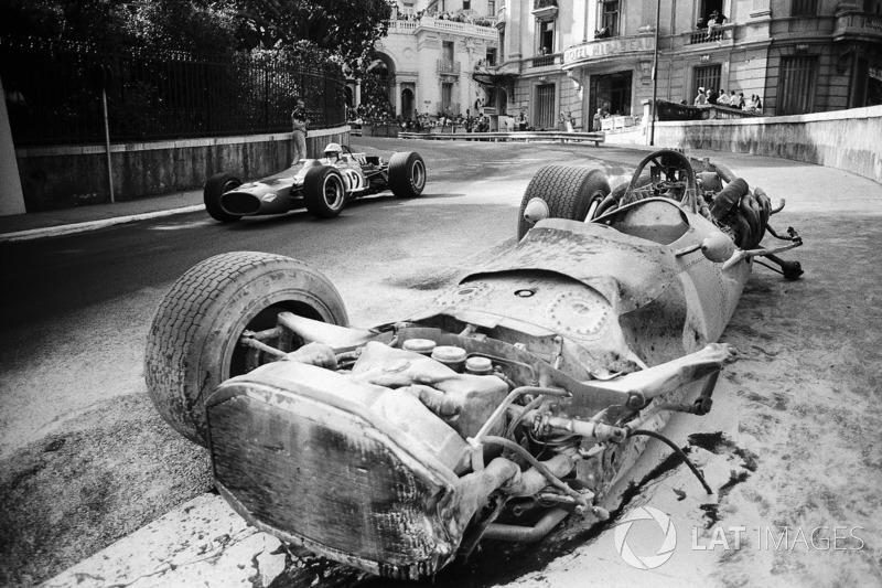 Денні Х'юм проїжджає на своєму McLaren Cosworth M7A повз розбитого BRM P133 Педро Родрігеса