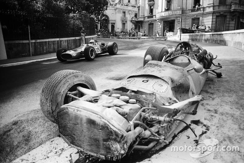 1968 - Denny Hulme, McLaren-Cosworth M7A passa pela BRM P133 de Pedro Rodriguez destruída