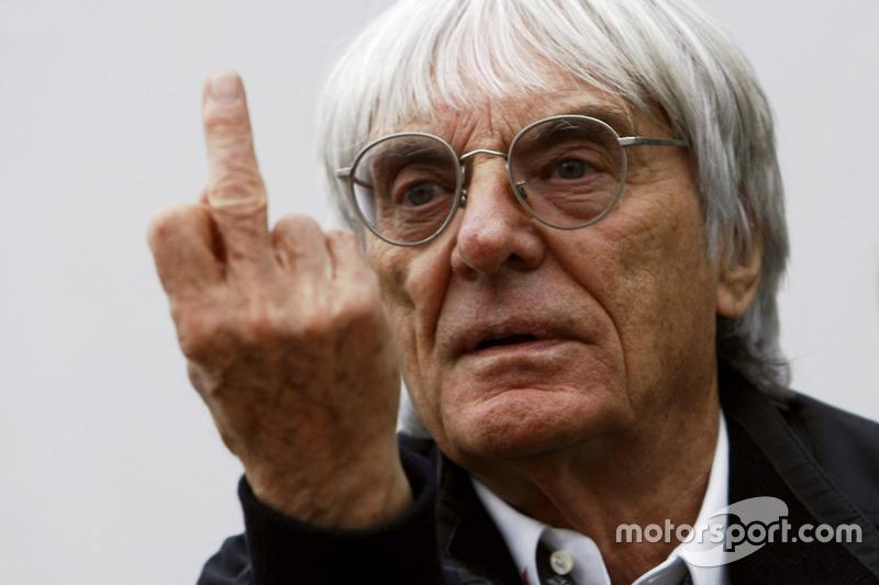 Bernie Ecclestone hace una señal con el dedo