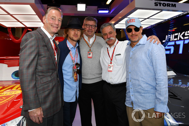 Sean Bratches, Formula One director comercial,, Owen Wilson, ACtor, Ross Brawn, Formula One Director de Motorsports, Chase Carey, Director Ejecutivo y Presidente Ejecutivo de la Formula One Group y Woody Harrelson, Actor en el garaje de cars 3