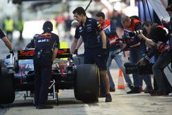 Des photographes autour de la Red Bull Racing RB13 de Daniel Ricciardo à son retour aux stands