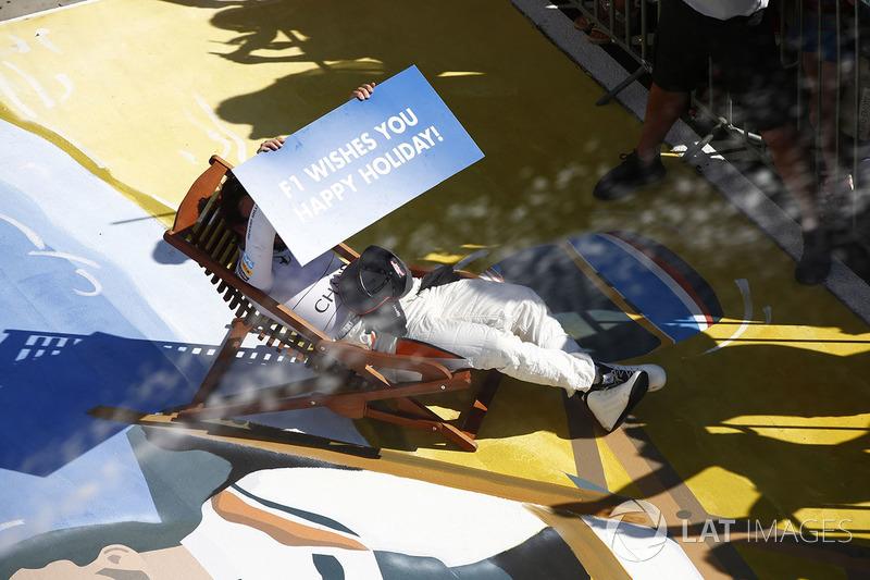 Fernando Alonso, McLaren, desea a todos unas felices vacaciones de su silla de descanso