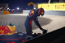 Гонщик Red Bull Racing Макс Ферстаппен выбирается из разбитой RB13 после схода